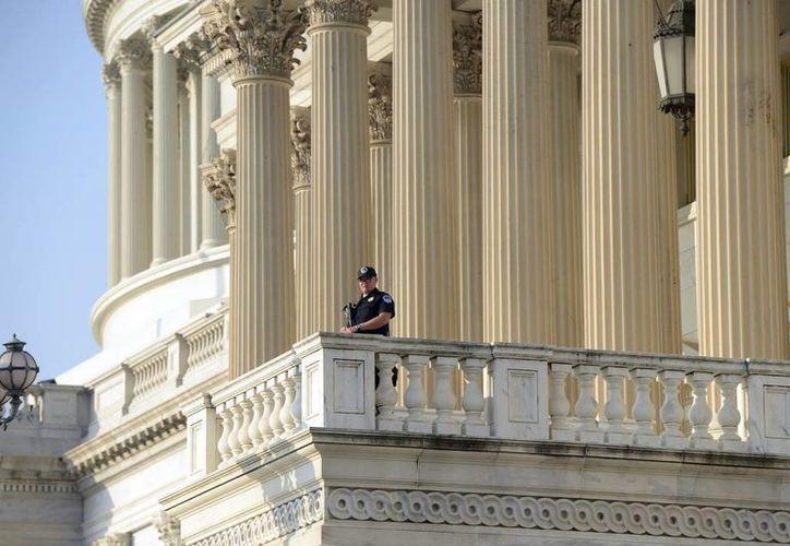 Un policía del Capitolio fue registrado este viernes al hacer guardia. (EFE)