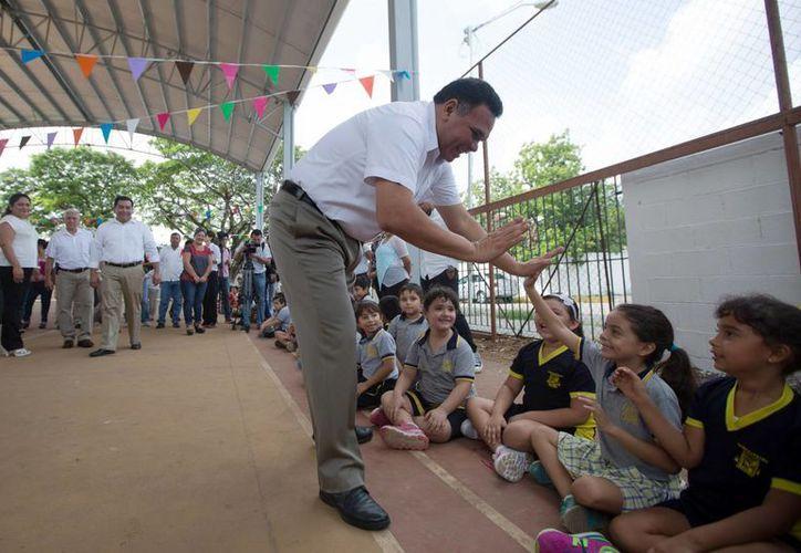 El Gobernador el Estado al momento de entregar el domo de la cancha de usos múltiples en la primaria 'Ichcaanzihó'. (Milenio Novedades)