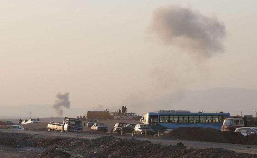 'Señales' de los bombardeos de EU contra milicianos aparecieron nuevamente en el cielo, luego de que aviones-caza atacaran a los rebeldes. (AP)