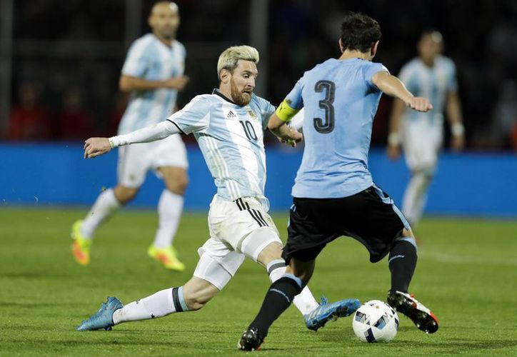 Messi, que hace menos de tres meses había renunciado para siempre a jugar con Argentina, fue el autor del único gol en el partido eliminatorio con Uruguay. (AP)
