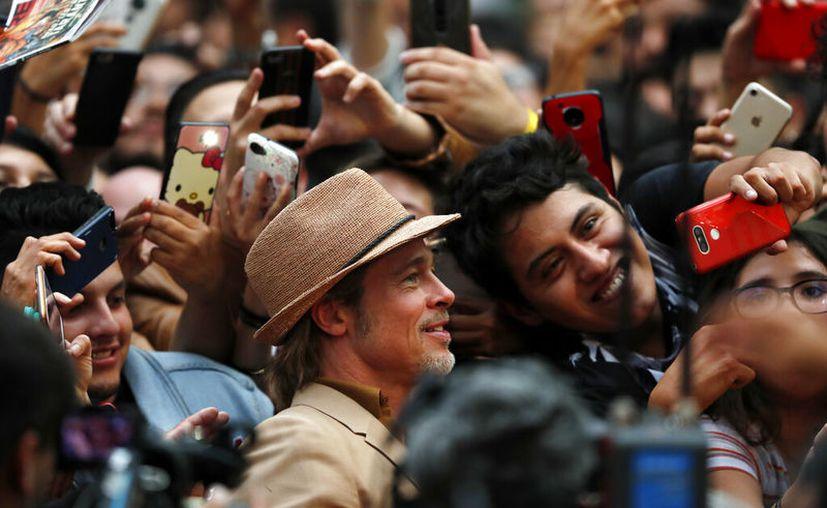 """Brad Pitt en la alfombra roja de la película """"Once Upon a Time... In Hollywood"""" en la Ciudad de México. (Foto AP/Marco Ugarte)"""