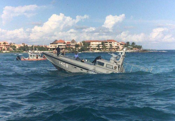 Una embarcación se la Semar perdió propulsión y quedó varada frente a Puerto Aventuras. (Cortesía/Semar)