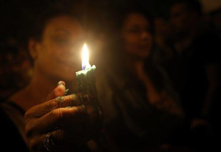Un hombre sostiene una vela durante una protesta tras los actos terroristas que cobraron la vida de más de 30 personas en Susa, Túnez. En Estados Unidos se preven mayores medidas de seguridad en el marco de la celebración del Día de la Independencia, el 4 de julio. (Foto: AP)