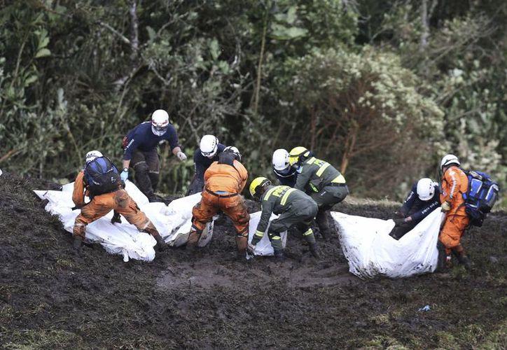 Entre los 71 fallecidos por el accidente aéreo están 20 periodistas. (AP/Fernando Vergara)