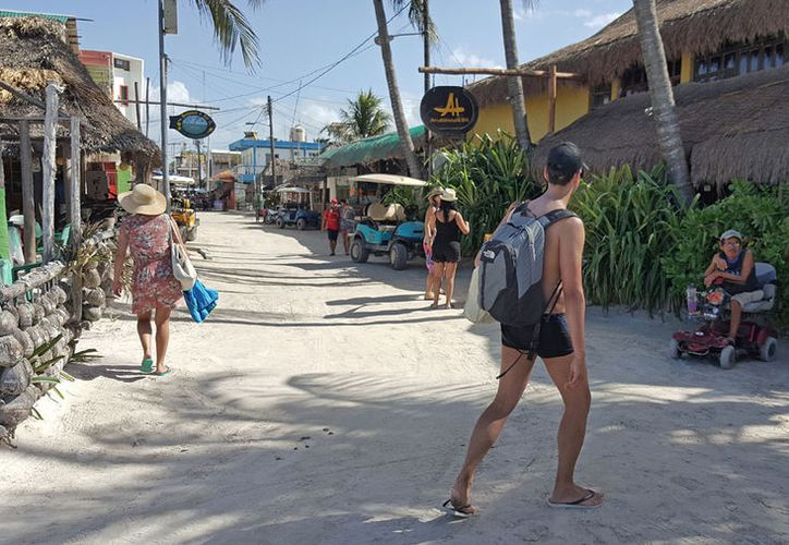 Las calles de arena es uno de los distintivos de la ínsula. (Jesús Tijerina/SIPSE)