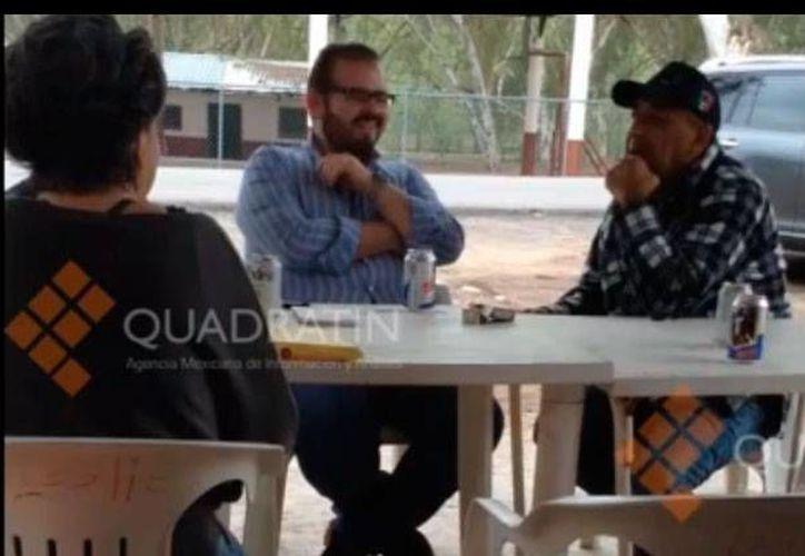"""""""No tengo nada que ver con 'La Tuta', que me investiguen"""", señala Rodrigo Vallejo (de barba y lentes), quien conversa con Servando Gómez La Tuta (d) y otra persona. (Captura de pantalla video Quadratin)"""