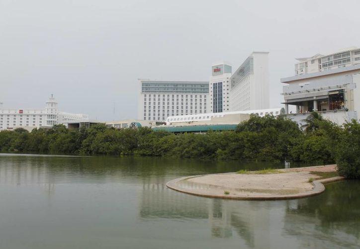 El puente iniciará frente al hotel Presidente Intercontinental y sale nuevamente al bulevar Kukulcán en el kilómetro nueve. (Israel Leal/SIPSE)