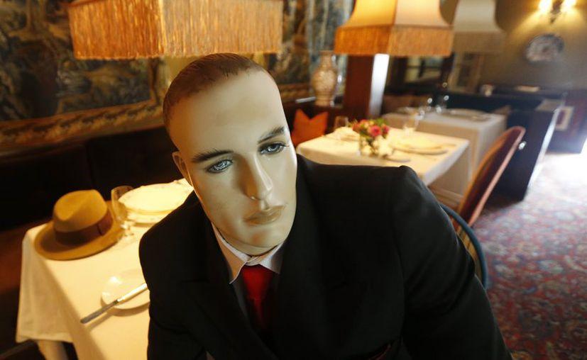 Maniquíes marcan el distanciamiento social en el Inn en Little Washington, mientras el restaurante se prepara para reanudar sus actividades. (Foto; AP).