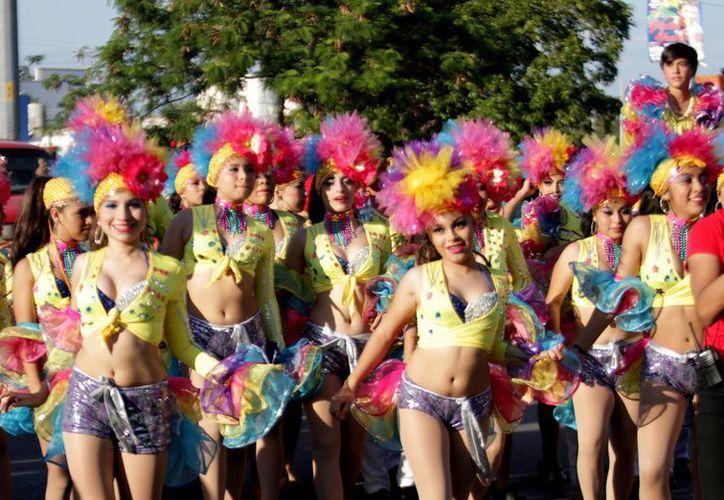 El desfile inició en Prolongación Tulum con Avenida 20 de Noviembre. (Francisco Gálvez/SIPSE)
