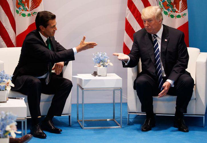 Enrique Peña Nieto y Donald Trump hablaron hoy vía telefónica (AP).