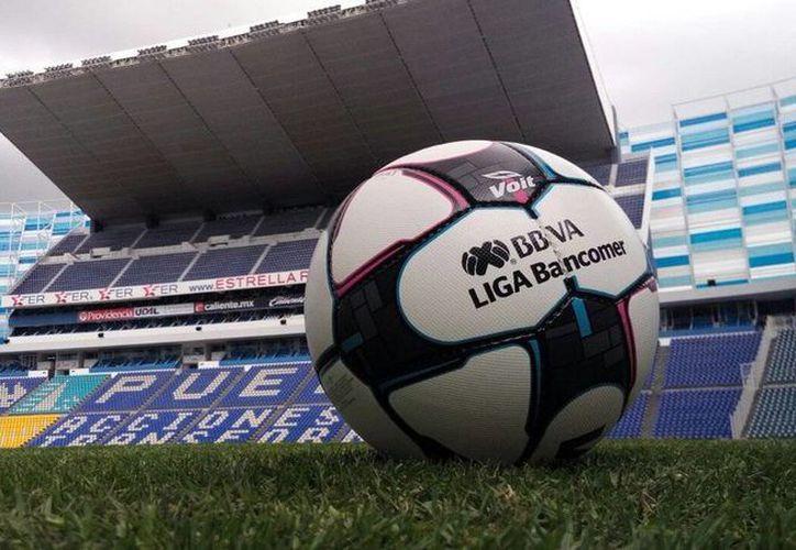 Balón de la Liga Mx en el estadio Cuauhtémoc, casa del Puebla. (Twitter)