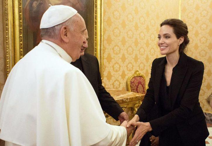 Durante el encuentro con el papa Francisco, Angelina Jolie vistió un atuendo negro formal. (AP)