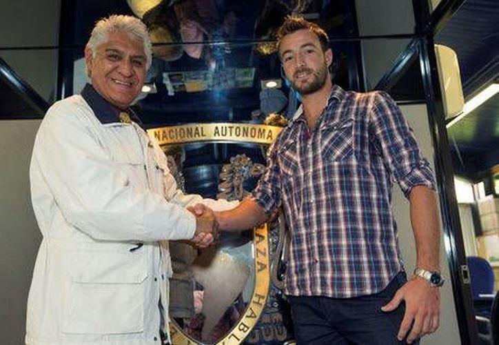 Dutari acompañará a Darío Verón en la zaga universitaria. En la imagen Mario Trejo, vicepresidente deportivo, con Francisco Dutari. (Pumas oficial)