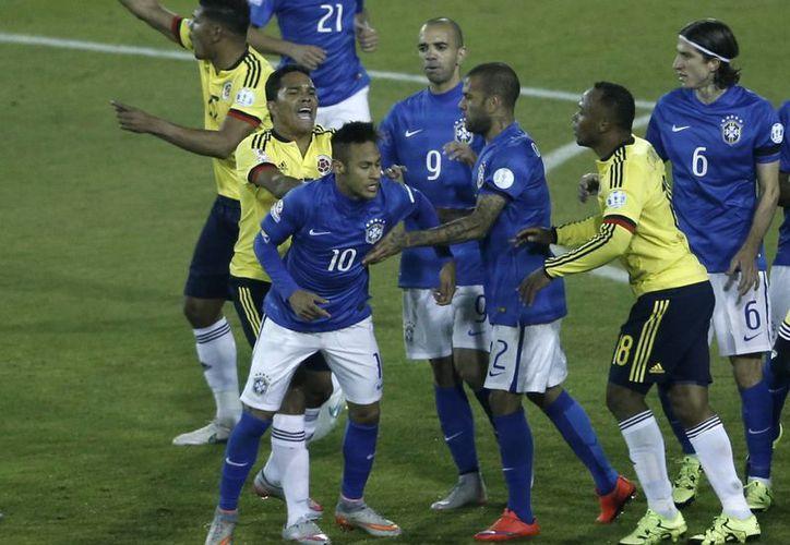 Carlos Bacca, de Colombia, toma de la camiseta a Neymar en partido en que este último fue expulsado y que ganó Colombia 1-0 en Copa América.  (Foto: AP)
