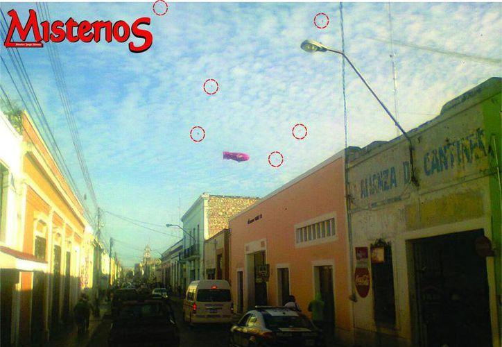 Una de las fotos que tomó el camionero Noé Sanchez. Se señalan en círculos las seis esferas que captó. (Jorge Moreno/SIPSE)