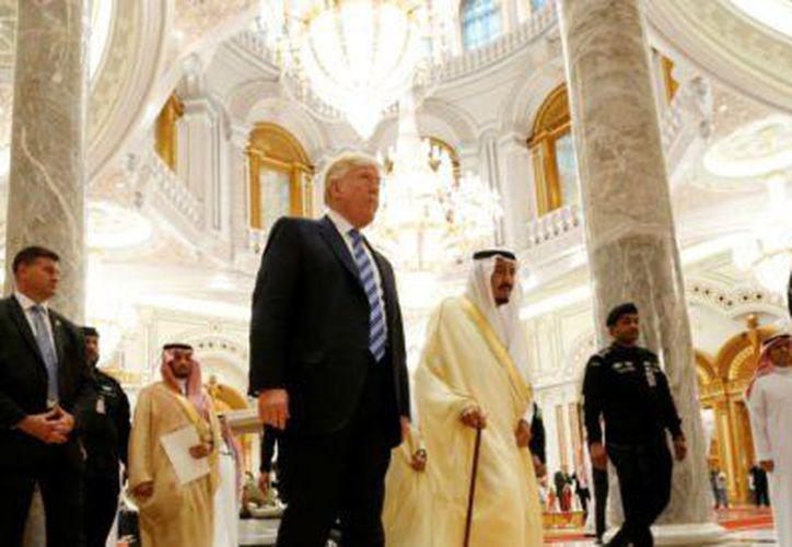Donald Trump participa en la Cumbre Árabe-Islámica-Estados Unidos, en Arabia Saudita. (Aristegui Noticias)