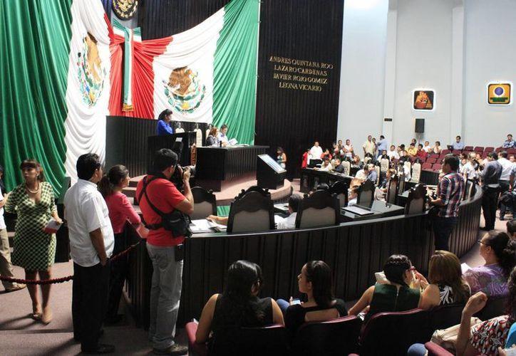 Algunos diputados abandonaron la sede del Poder Legislativo antes de concluir la sesión. (Archivo/SIPSE)