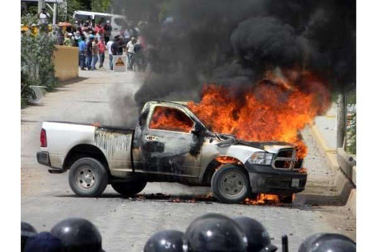 En Tixtla, considerado ahora el único foco rojo en Guerrero para las elecciones, hubo quema de una casilla y boletas esta mañana. En la foto, incendio de una camioneta del INE en Tlapa, Guerrero. (pueblo-guerrero.com)