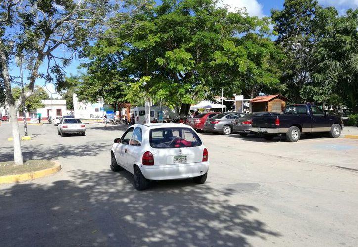 La comuna bacalarense está en negociaciones de adquirir un predio en contra esquina del parque central. (Javier Ortiz/SIPSE)