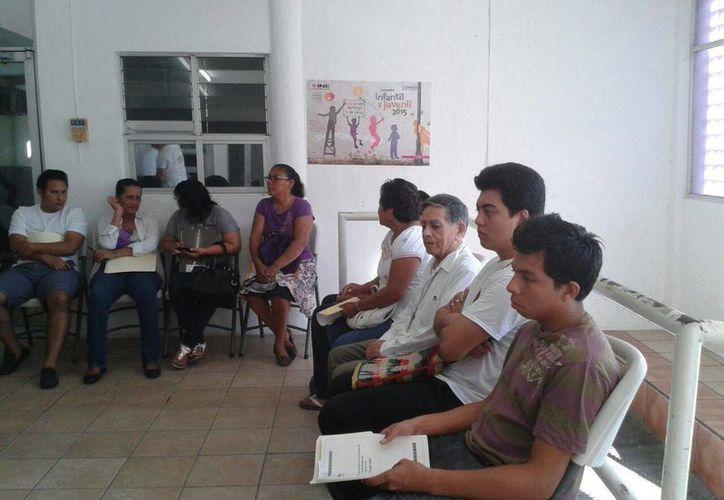 El Obispo emérito de la prelatura Cancún-Chetumal, Jorge Bernal Vargas, a la espera de emitir su voto. (Paloma Wong/SIPSE)