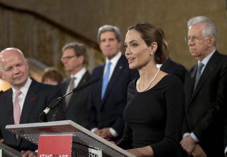 Rodeada por ministros de relaciones extranjeras, Jolie  fungió como enviada especial de la ONU. (Agencias)