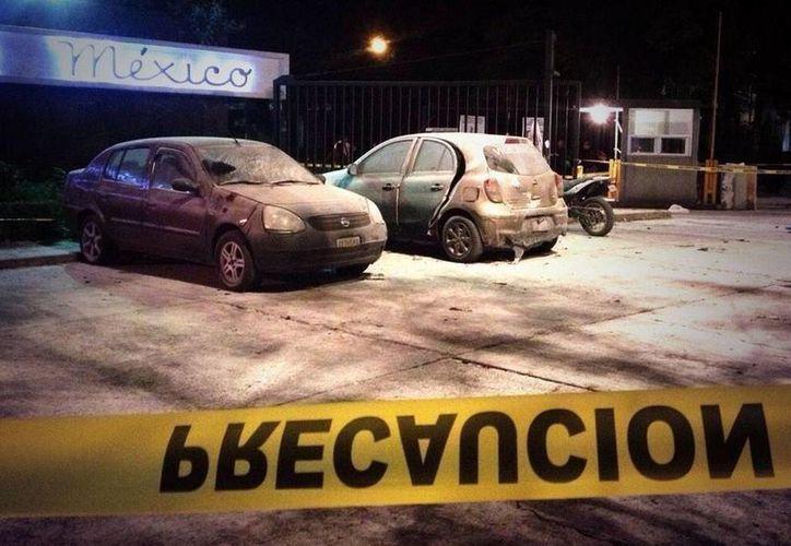Las detonaciones dañaron  tres vehículos y una moto.(twitter.com/Vicente_Galvez)