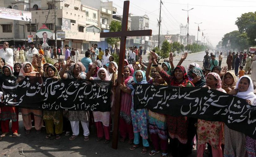 Miembros de la minoría cristina paquistaní protestan en Karachi contra el atentado suicida en Peshawar. (EFE)