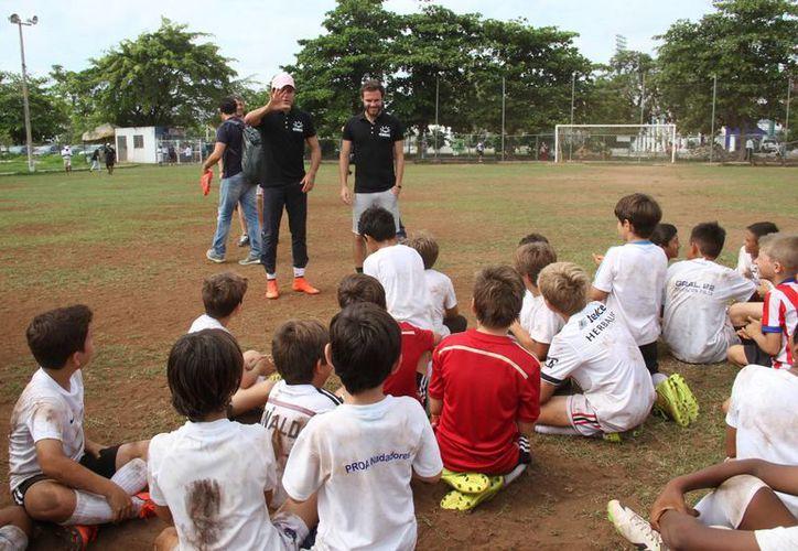 Los niños estuvieron desesperados por jugar con el integrante del Manchester United. (Consuelo Javier/SIPSE)