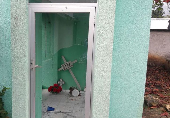 Uno de los altares fue vandalizado, rompieron un cristal y se llevaron cortinas y una imagen de la Virgen de Guadalupe. (Javier Ortiz/SIPSE)