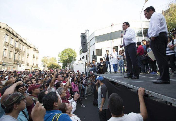 Osorio Chong se reunió ayer con los estudiantes del IPN fuera de las instalaciones de la Secretaría de Gobernación. (Archivo/Notimex)