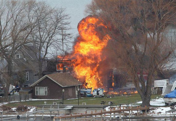 El incendio comenzó en una casa y se extendió a otras. En total siete fueron destruidas por el fuego. (AP)