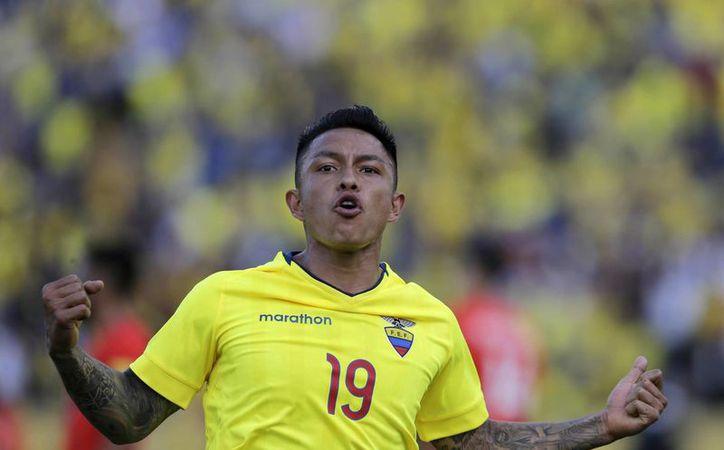 La selección de Ecuador se colocó en la primer posición de la eliminatoria sudamericana con 16 unidades. En la foto,Cristian Ramírez celebra la segunda anotación ante Chile.  (Dolores Ochoa/AP)