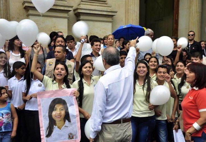 Un grupo de niños se manifiesta, el 5 de junio de 2015, contra el secuestro de Daniela Mora, hija del director de un organismo público encargado de proteger a funcionarios, líderes sociales, periodistas y defensores de derechos humanos amenazados, en Cucutá, Colombia. (EFE)