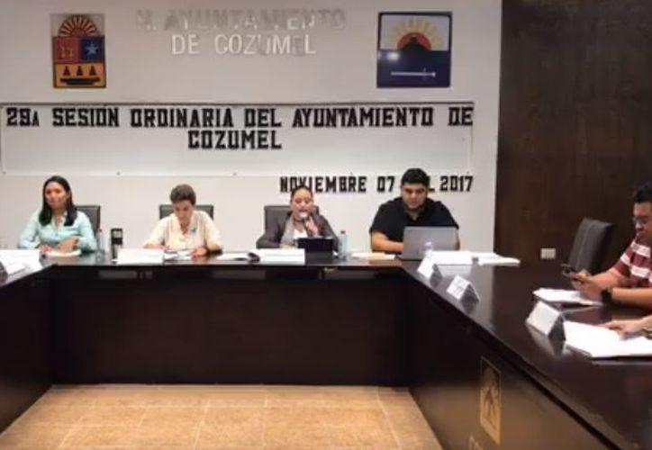 En Sesión de Cabildo a puerta cerrada, Perla Tun atacó verbalmente al regidor José Luis Chacón. (Foto: Captura)