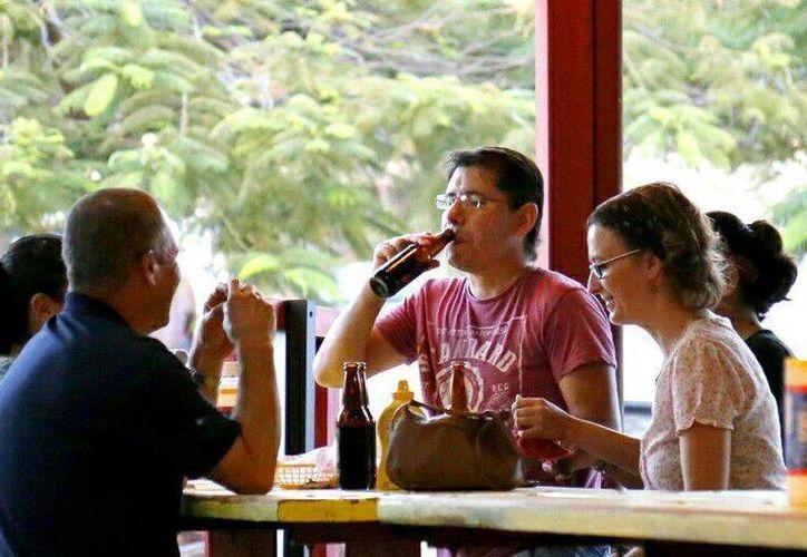Los restaurantes de Cancún deben pagar derechos especiales para vender alcohol fuera del horario permitido. (Jesús Tijerina/SIPSE)