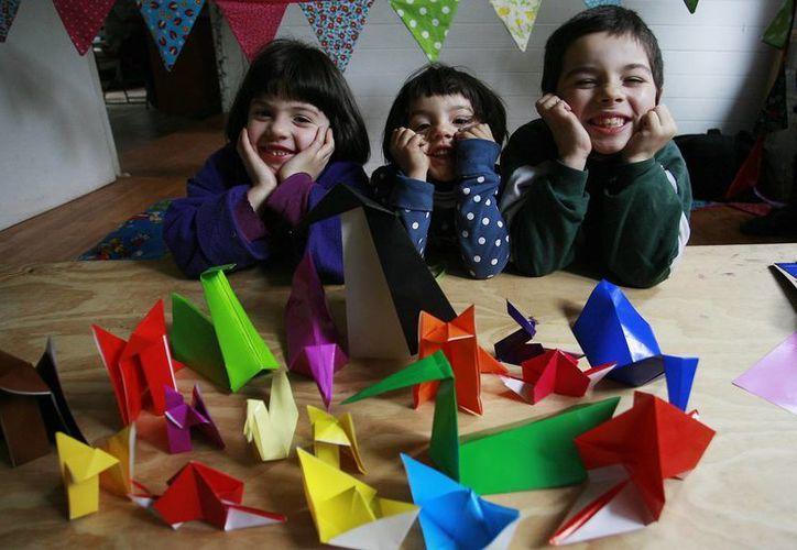 El origami consiste en el plegado de papel, sin usar tijeras ni pegamento para obtener figuras. (Contexto/Internet)