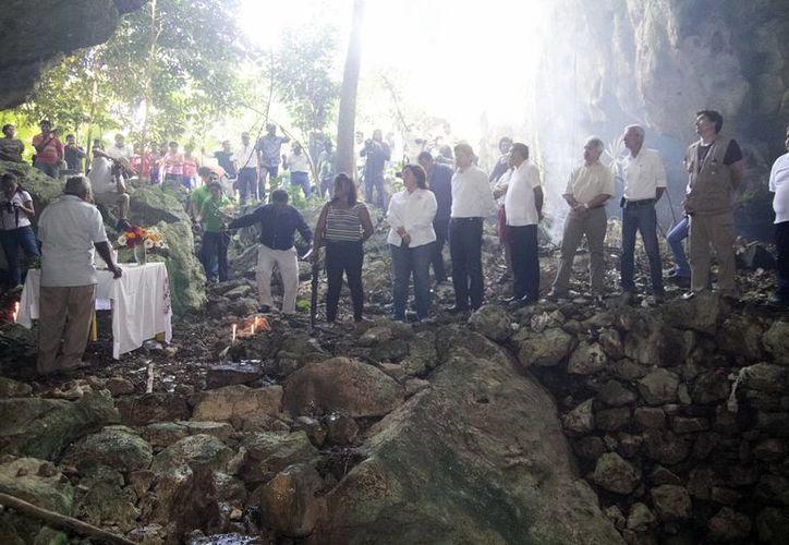 Ceremonía maya en el cenote Sanahcat Chen. (SIPSE)