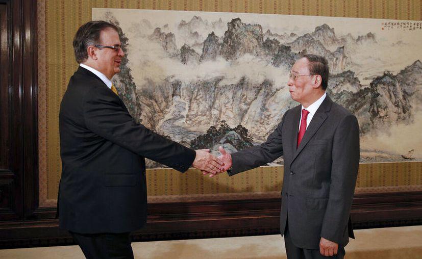 Cabe señalar que el secretario Ebrard y el vicepresidente Wang habían coincidido anteriormente. (AP Photo/Andy Wong, Pool)