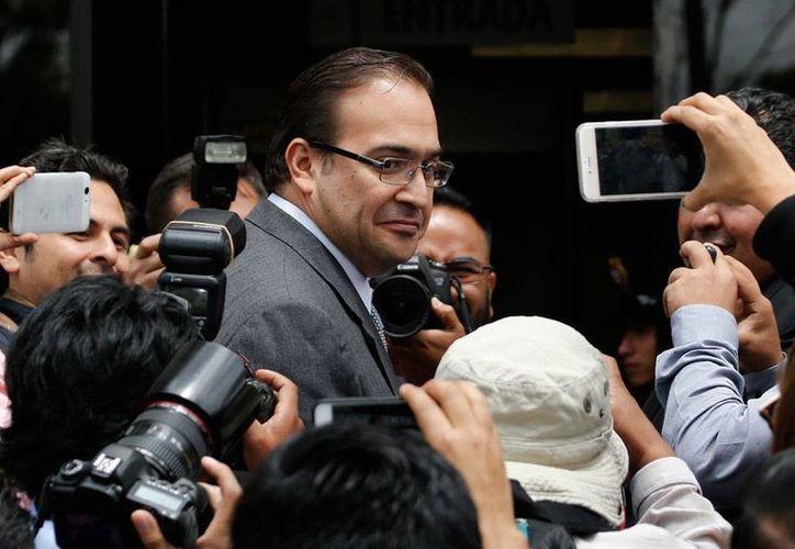 Javier Duarte a su llegada a la PGR para presentar denuncia penal contra Miguel Angel Yunes, por enriquecimiento ilícito. (AP Photo/Marco Ugarte)