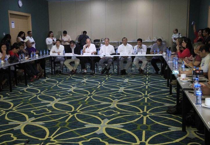Los empresarios firmaron la lista  a nombre del Consejo Coordinador Empresarial. (Tomás Álvarez/SIPSE)