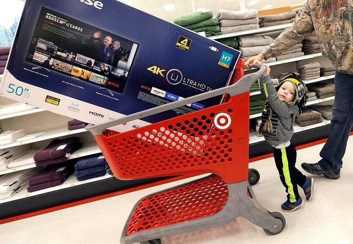 Un niño y su padre de compras en una tienda Target en Wilmington, Massachusetts. La economía en EU  tuvo su mayor crecimiento en dos años. (AP Photo/Elise Amendola, File)