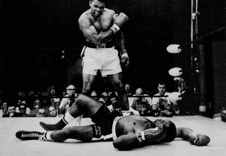El 25 de febrero de 1964, Cassius Clay (todavía no era Mohamed Ali), batió a Sonny Liston y empezó a ser un símbolo de la lucha racial. (globe-mmacom)