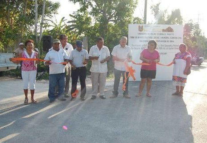 El presidente municipal acudió a la alcaldía para inaugurar las nuevas calles pavimentadas. (Redacción/SIPSE)