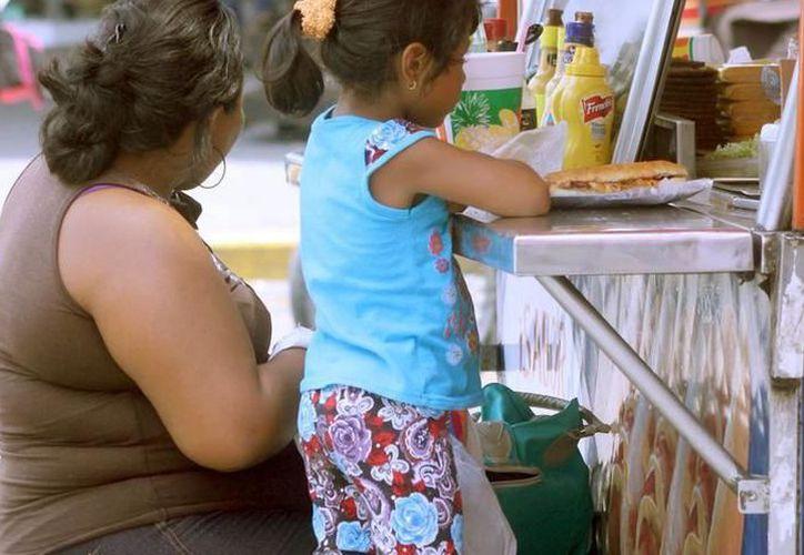 Por medio de campañas piden a la población tener una alimentación balanceada y eliminar malos hábitos como el comer en la calle. (SIPSE)