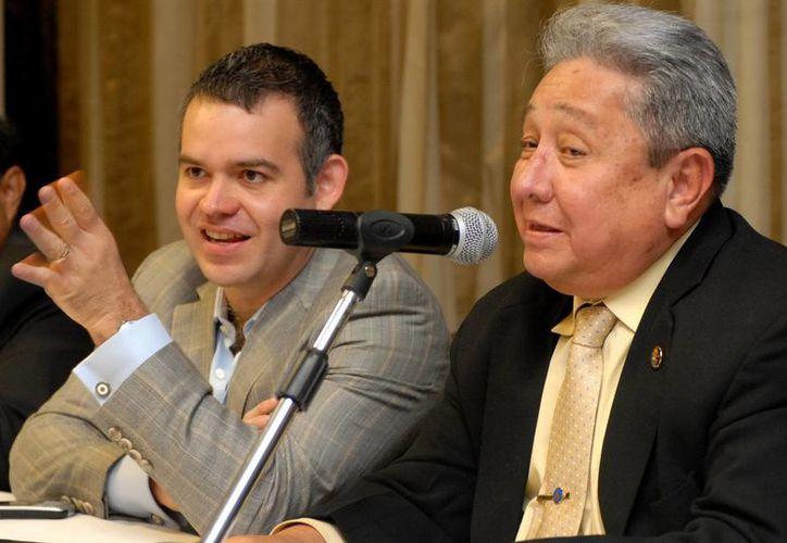 El presidente de la FLB, Aurelio Fiengo (d), indicó se harán al menos 15 reformas al reglamento, sin dar más detalles. (EFE/Archivo)