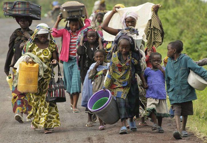 Habitantes de Kimbumba que desde hace un año comenzaron a escapar de la violencia que azota su comunidad y otras más, en El Congo. (EFE/Foto de archivo)