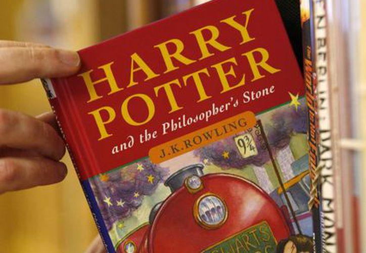 Un ejemplar de la primera edición de 'Harry Potter y la piedra filosofal'. (AP)
