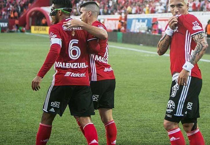 Xolos propinó la segunda derrota consecutiva de las Chivas en menos de una semana.En la foto, Dayro Moreno celebra una de sus anotaciones.(Notimex)