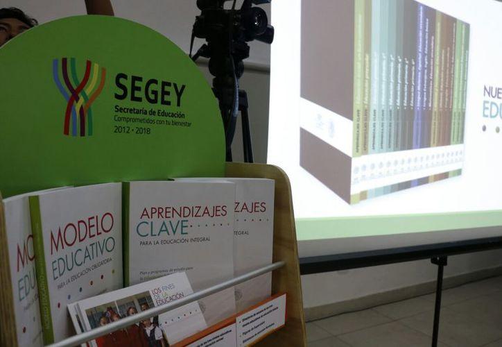 Los maestros recibirán un libro, una revista y carteles alusivos al nuevo programa. (José Acosta/Milenio Novedades)