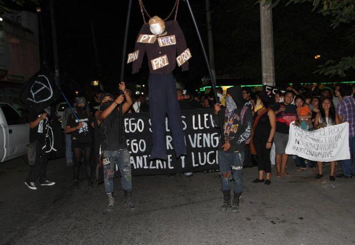 Utilizaron  como insignia un muñeco vestido de estudiante con letreros colgantes en el cuerpo. (Tomás Álvarez/SIPSE)